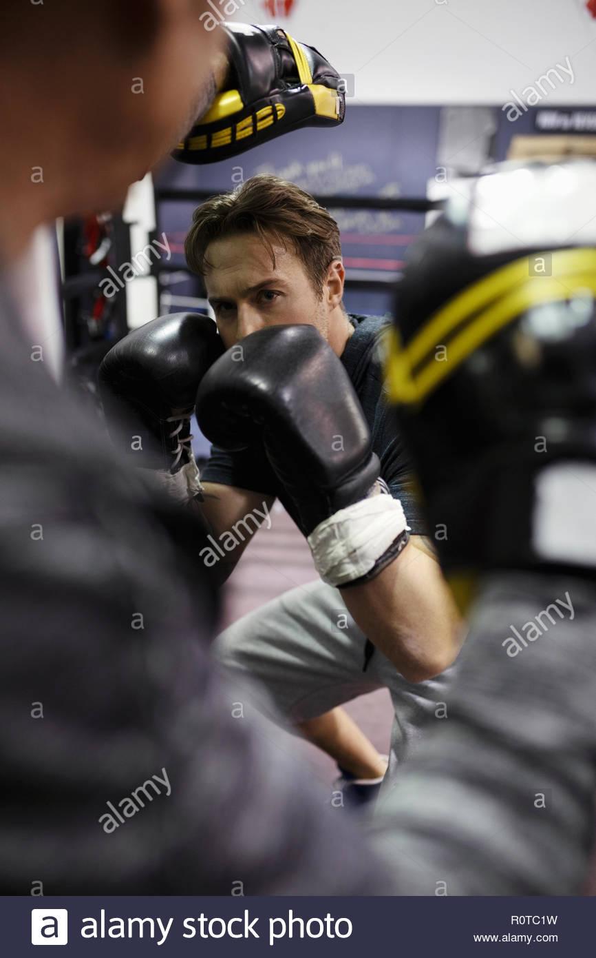 Focalizzato boxer maschio formazione in palestra Immagini Stock