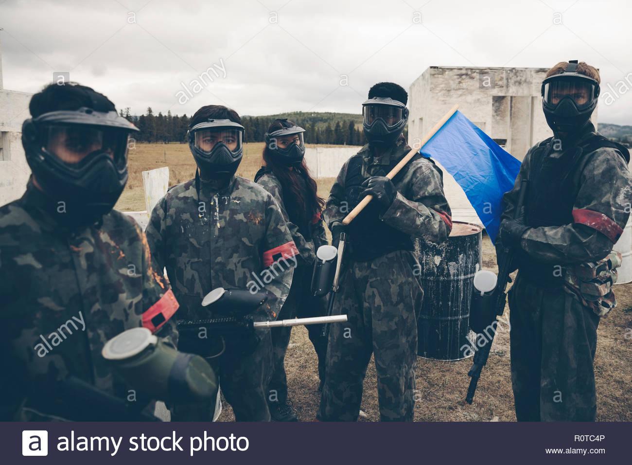Ritratto team paintballing con bandiera blu Immagini Stock