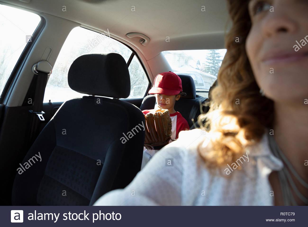 Madre figlio di guida alla pratica di baseball Immagini Stock