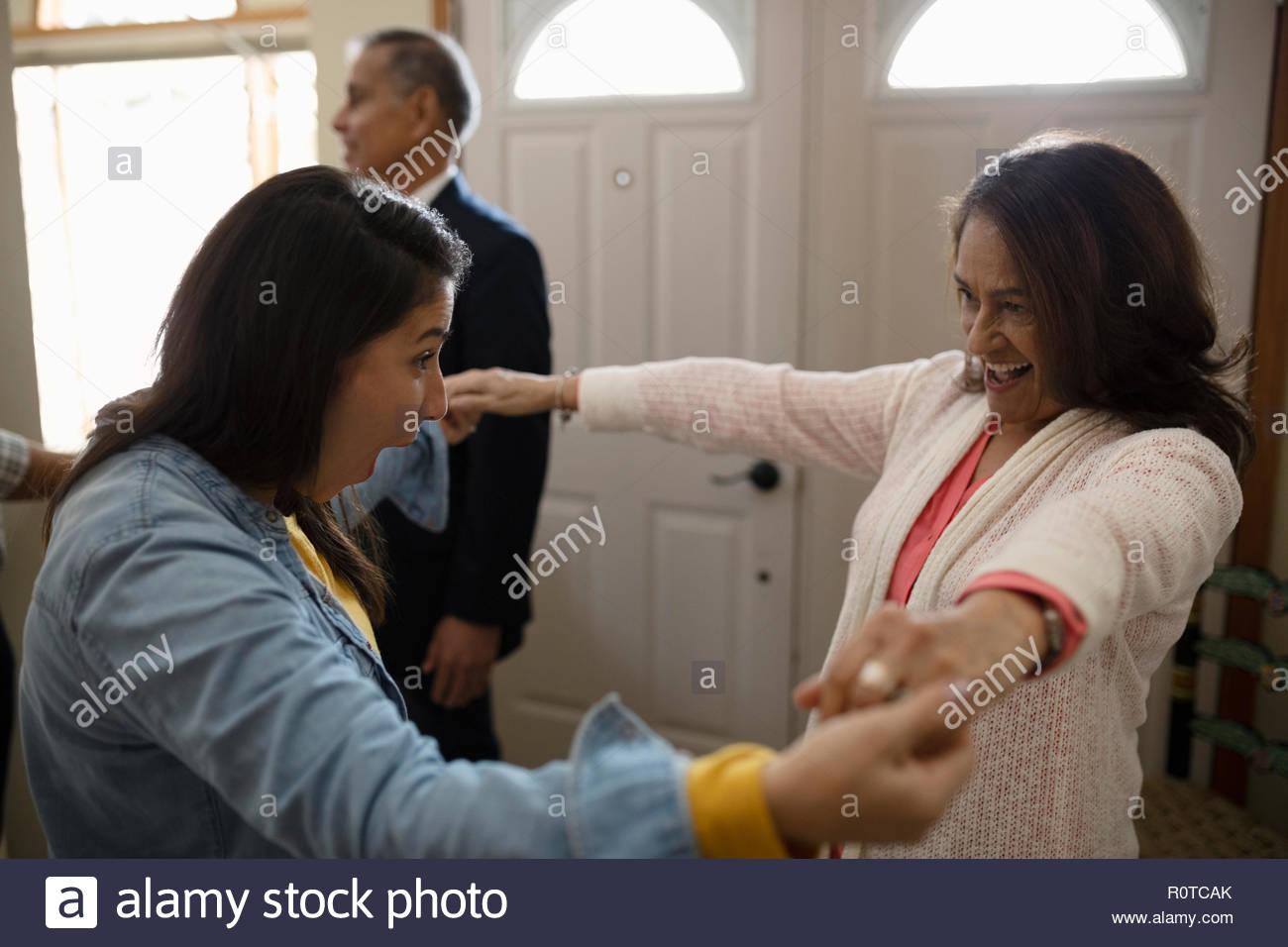 Entusiastico Latinx donna madre di saluto Immagini Stock