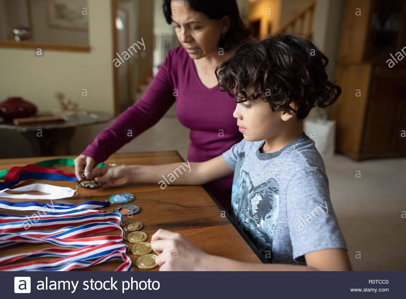 Latinx Nonna e nipote guardando sport medaglie Immagini Stock