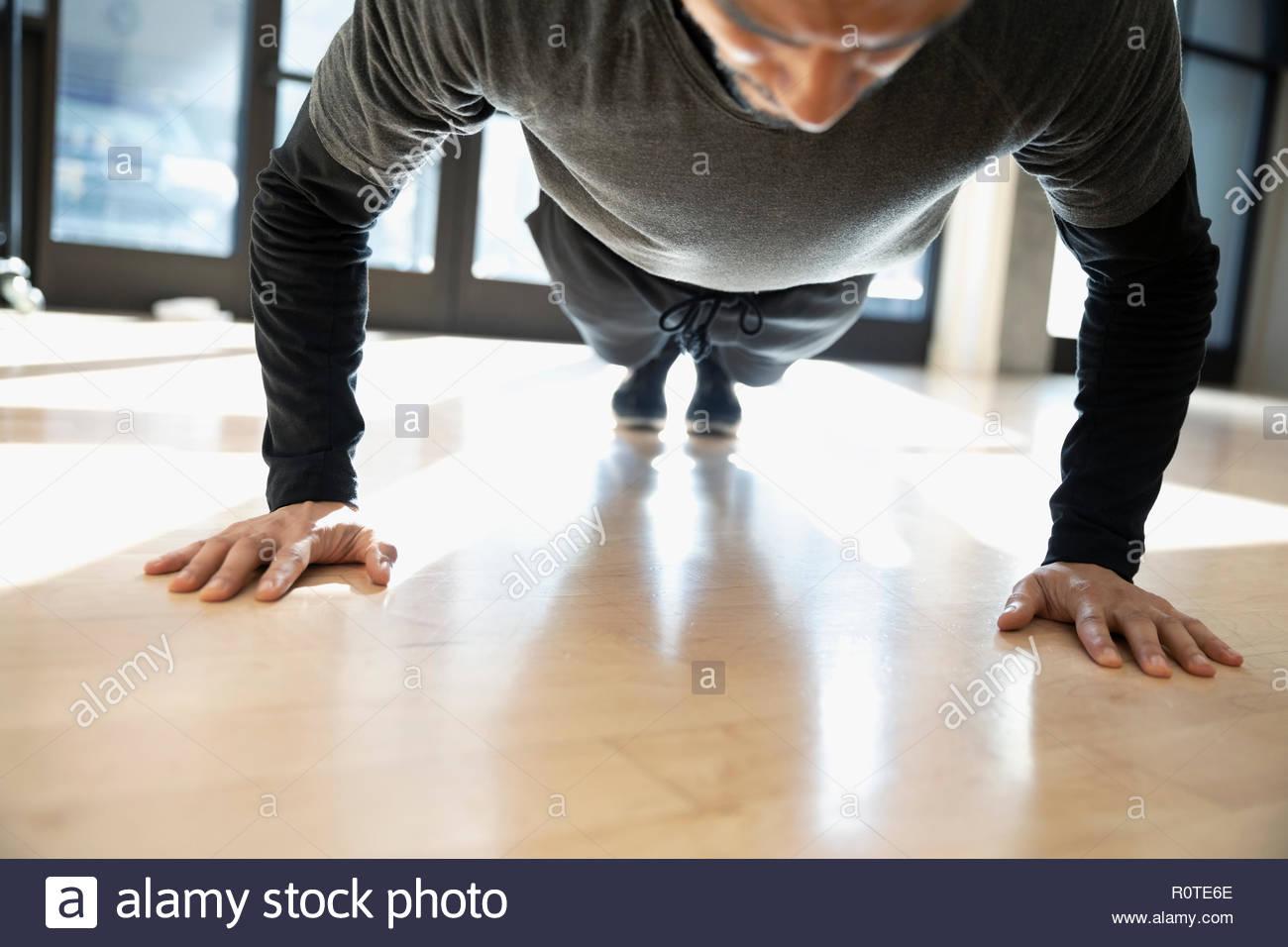 Focalizzato l'uomo facendo plank esercizio in palestra Immagini Stock