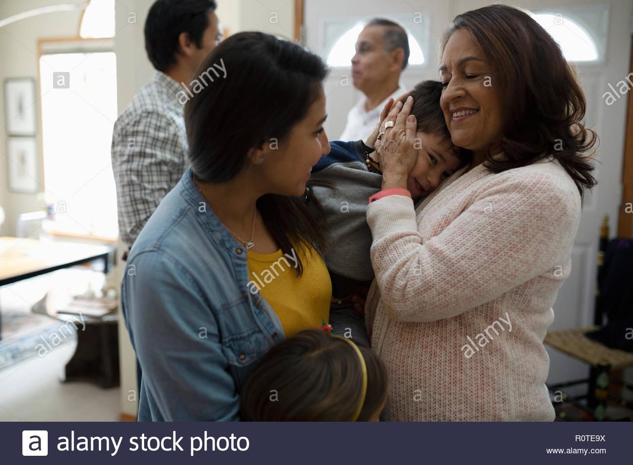 Latinx affettuoso saluto famiglia nonni Immagini Stock