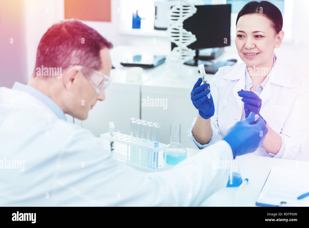Bella smart scienziati seduto di fronte a ciascun altro Foto Stock