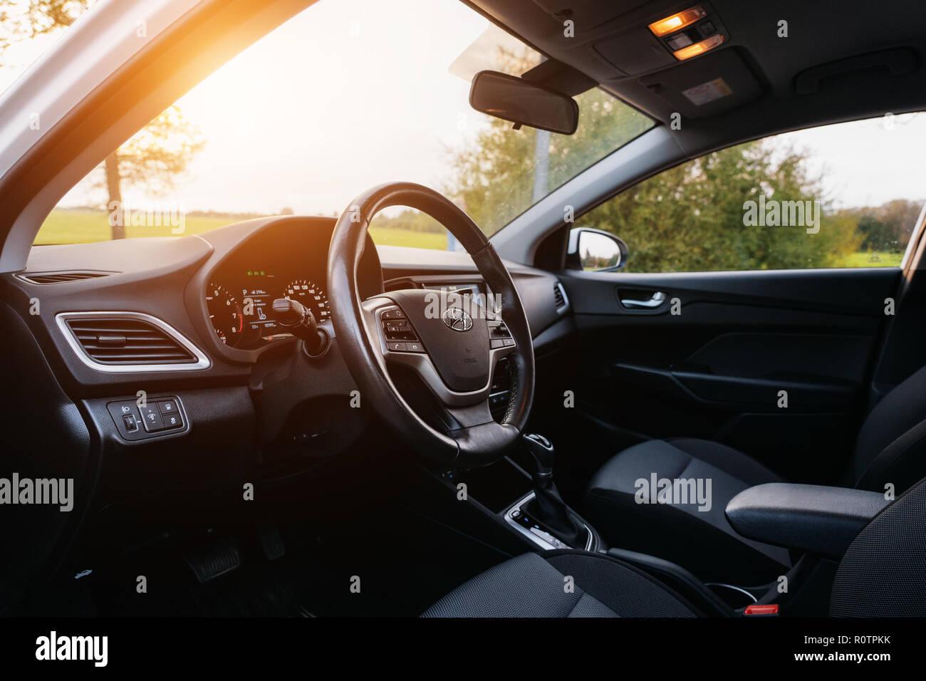 Polack, Bielorussia - 9 Settembre 2018 : Hyundai Accent Varna o Solaris 2017 interno con la luce del sole. Immagini Stock
