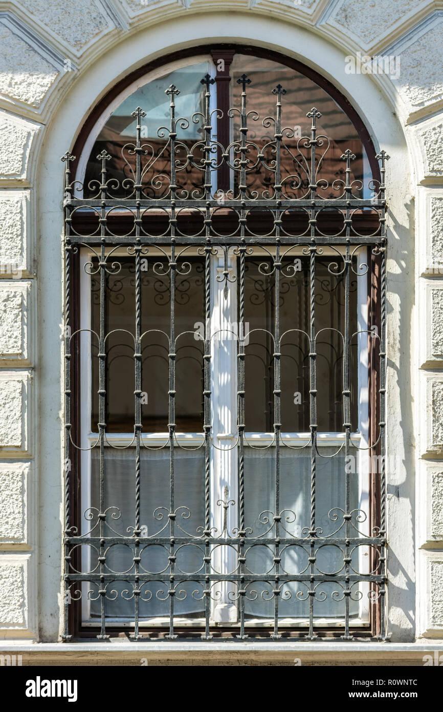 Parete Ferro E Vetro finestra con cornice bianca e arco in corrispondenza della