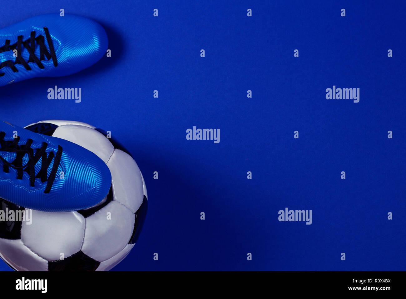 Pallone Da Calcio Sotto I Giocatori Di Calcio Piedi Su Sfondo Blu