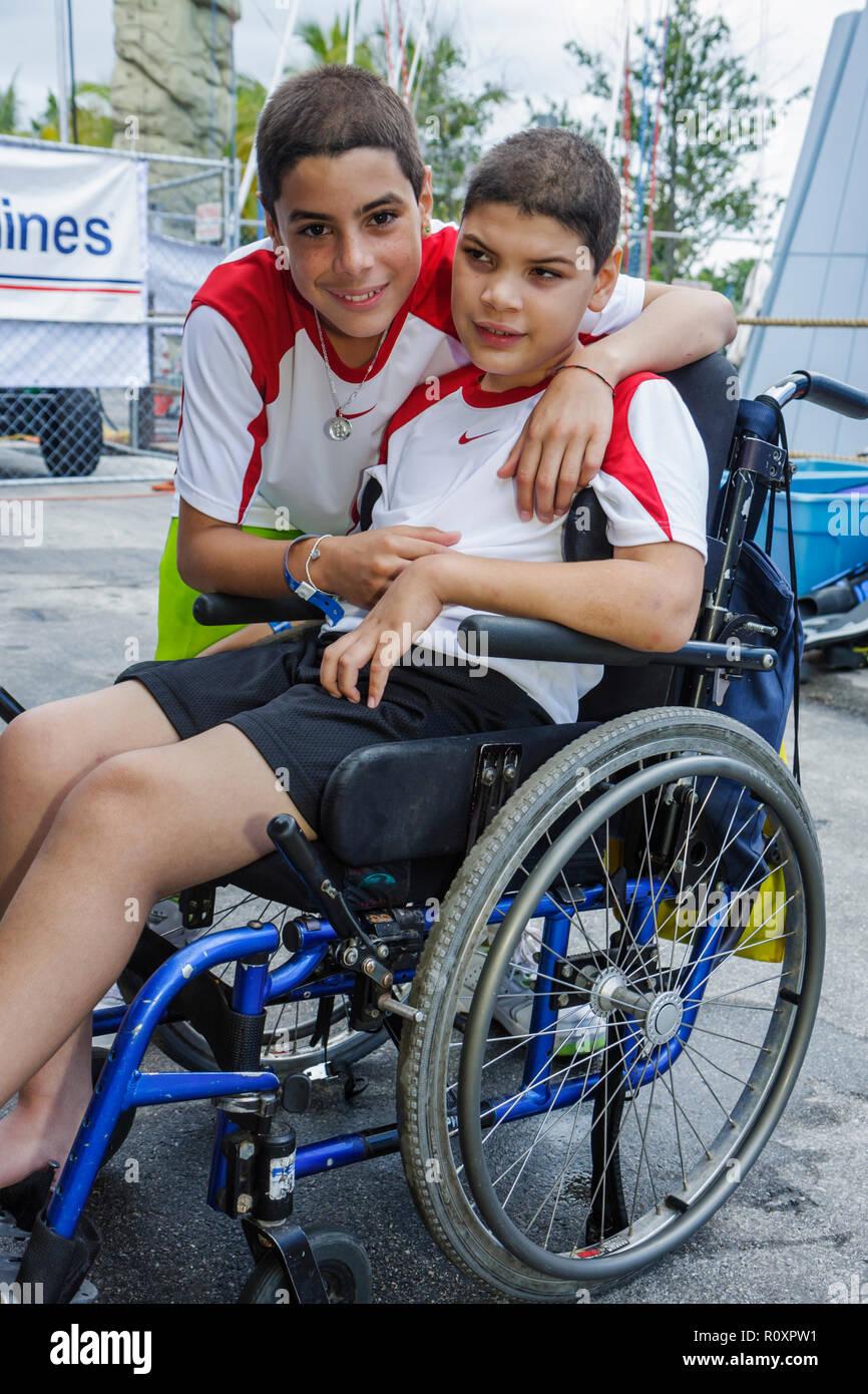 Miami Coconut Grove Florida Shake-un-Leg Miami No barriere Festival disabili disabilità fisica handicappati fratelli Hisp famiglia Immagini Stock