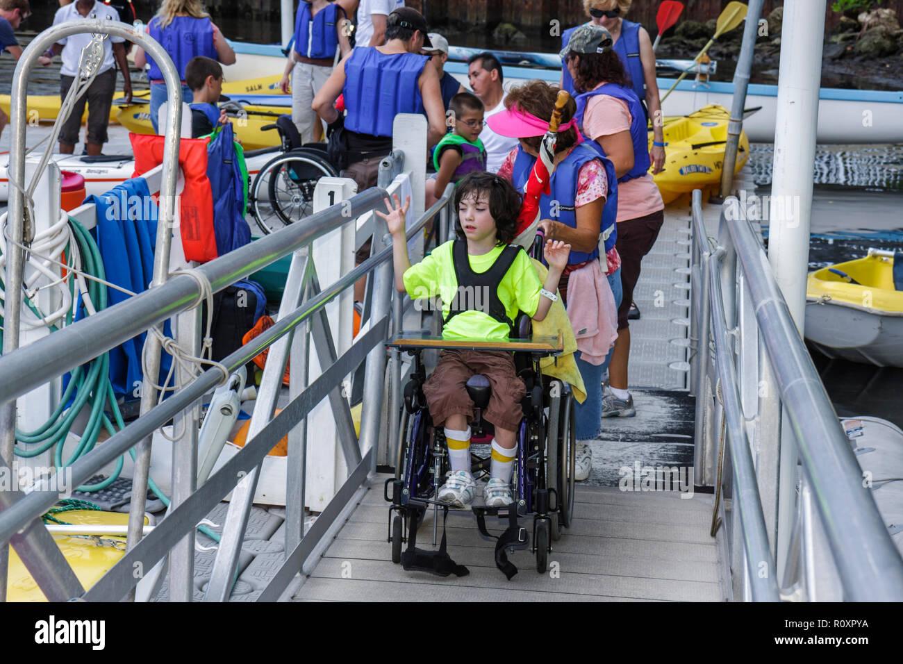 Miami Coconut Grove Florida Shake-un-Leg Miami No barriere Festival disabili disabilità fisica ragazzo disabile Rampa per sedia a rotelle Immagini Stock