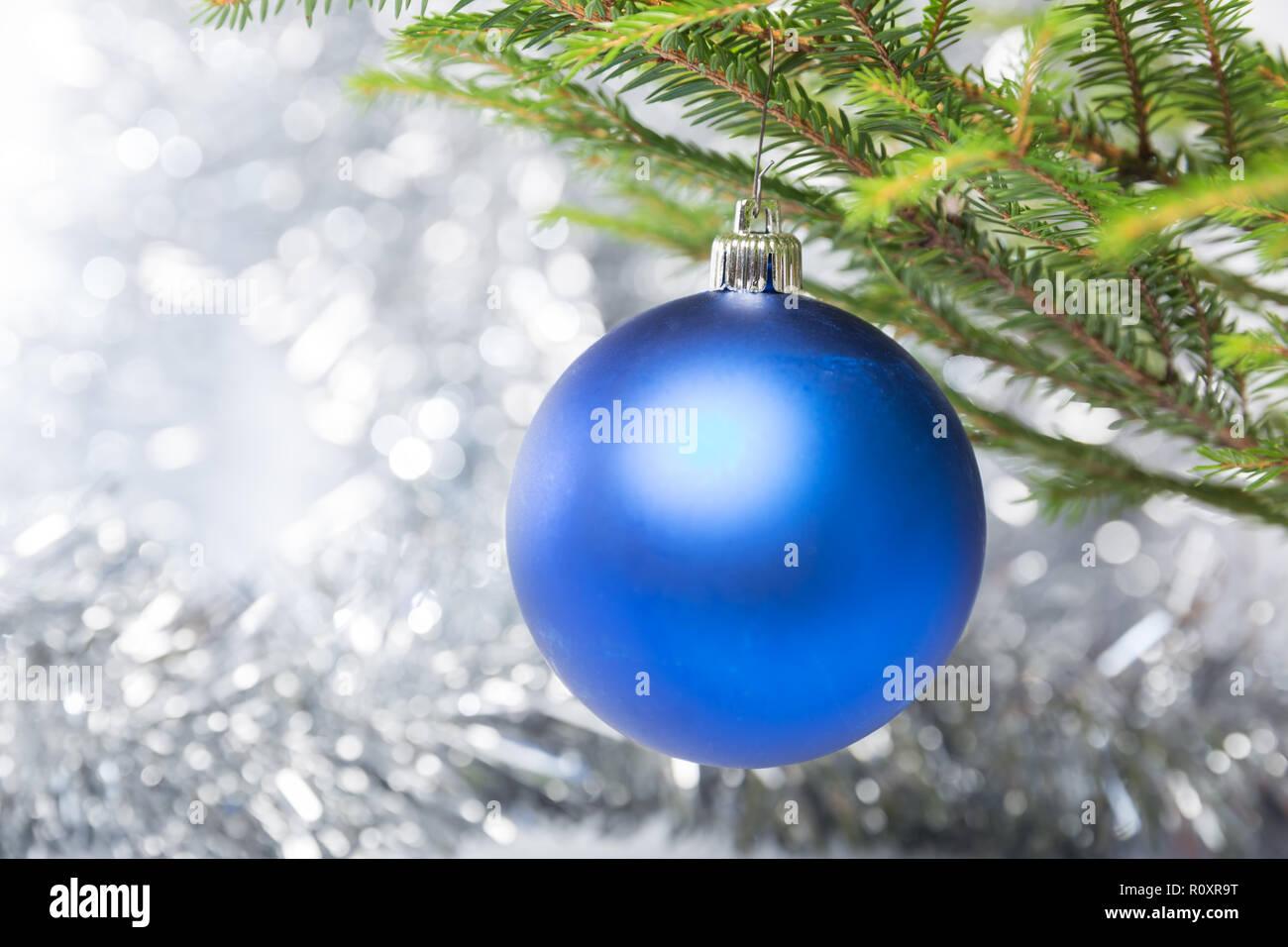 Decorazioni Albero Di Natale Blu : Decorazioni di natale una sfera blu appeso su albero di natale