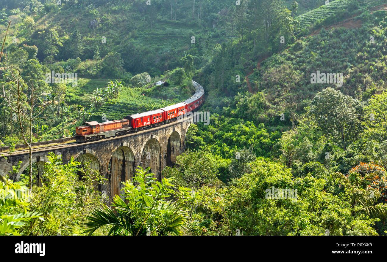 ELLA LO SRI LANKA treno passeggeri tre quarti del modo attraverso i nove archi BRIDGE Immagini Stock