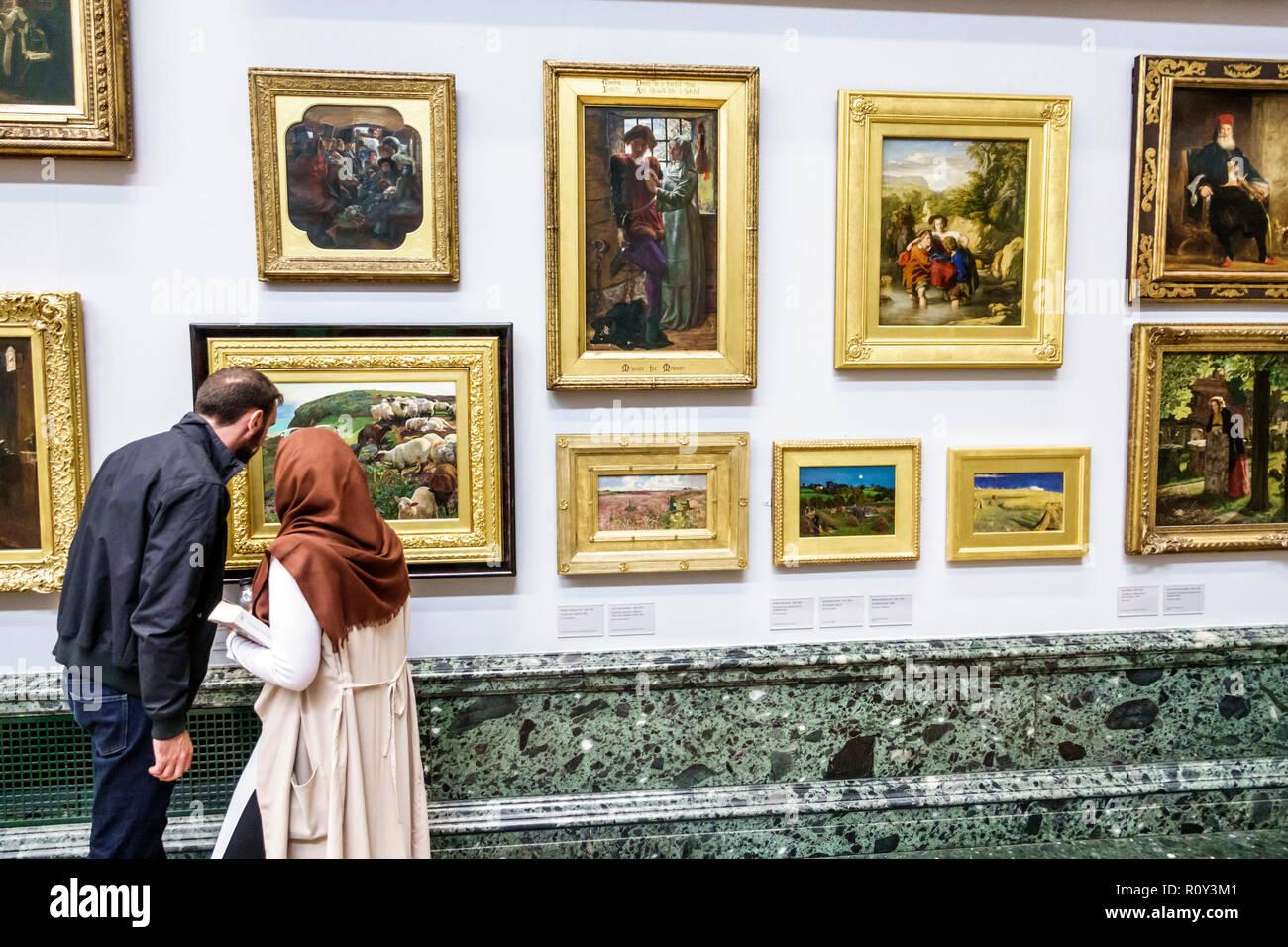 Londra Inghilterra Regno Unito Gran Bretagna Westminster Millbank TateBritain art museum all'interno di Galleria di interni dipinti uomo donna musulmana del coperchio testata Immagini Stock
