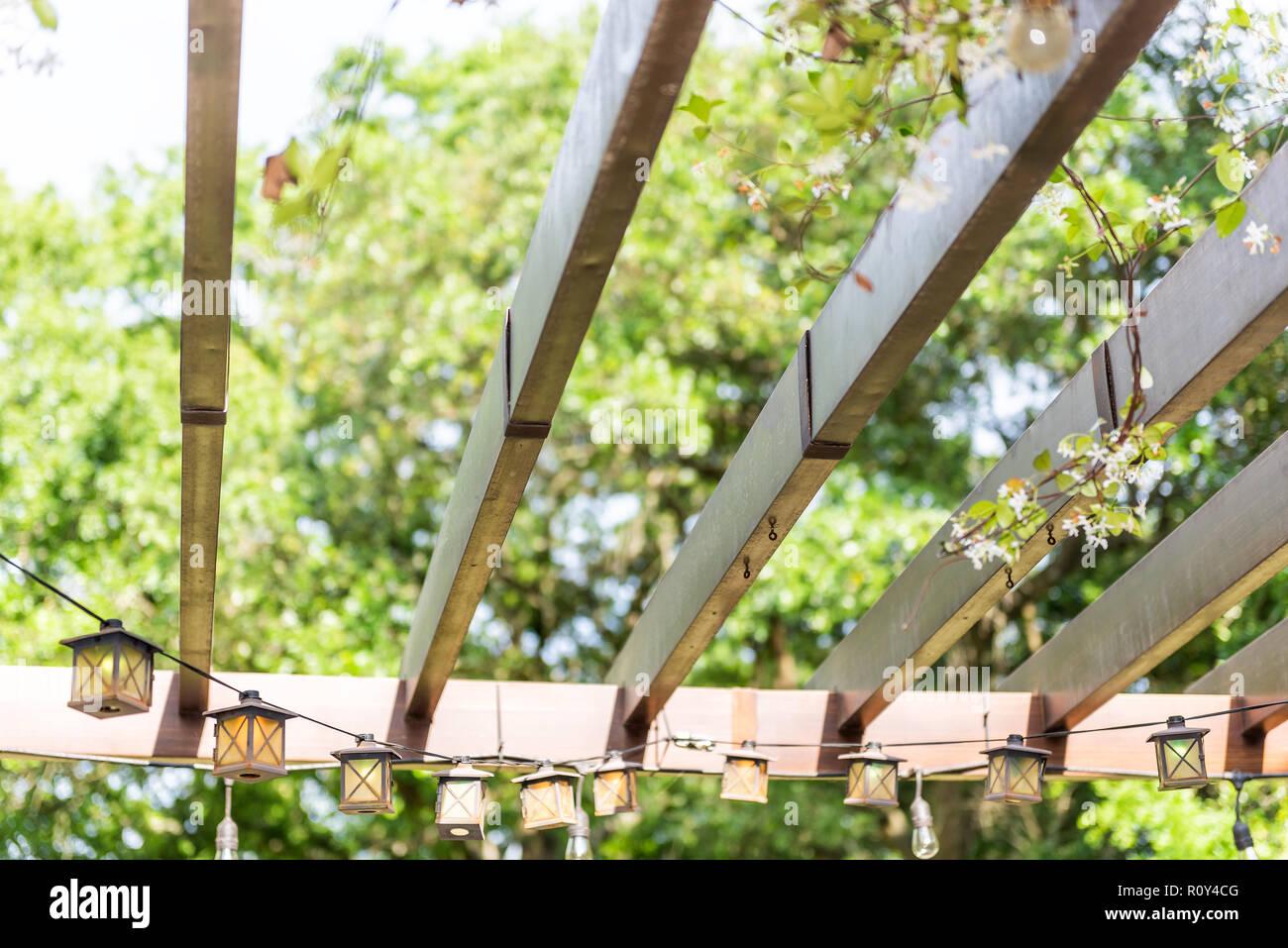 Luci Per Tettoia In Legno closeup cercando sul patio molla esterna bianco fiore