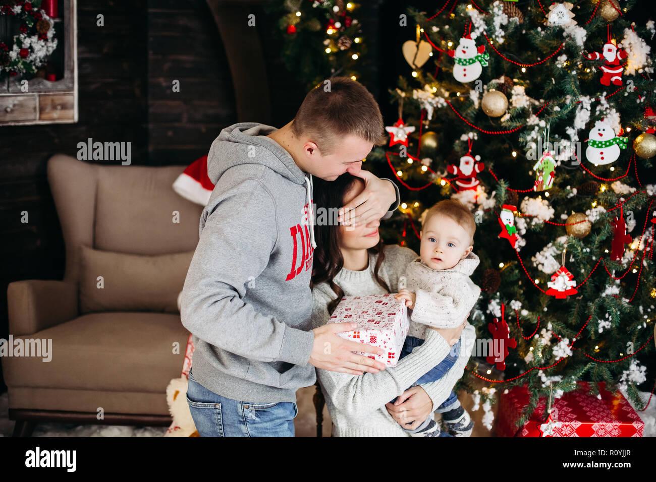 Bambini Che Scartano I Regali Di Natale.Unwrap Immagini Unwrap Fotos Stock Alamy