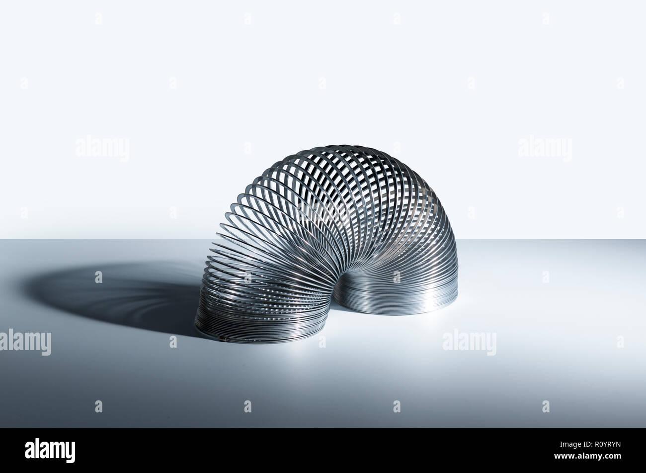Slinky Toy Piegata A Semicerchio In Forma Studio Still Life Foto