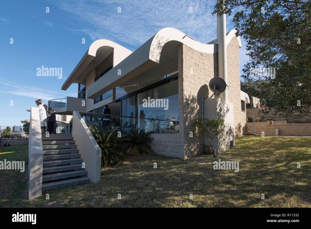 Un contemporaneo Harry Seidler progettato home in Hunters Hill, Sydney Australia con andamento curvilineo tetto in acciaio Immagini Stock