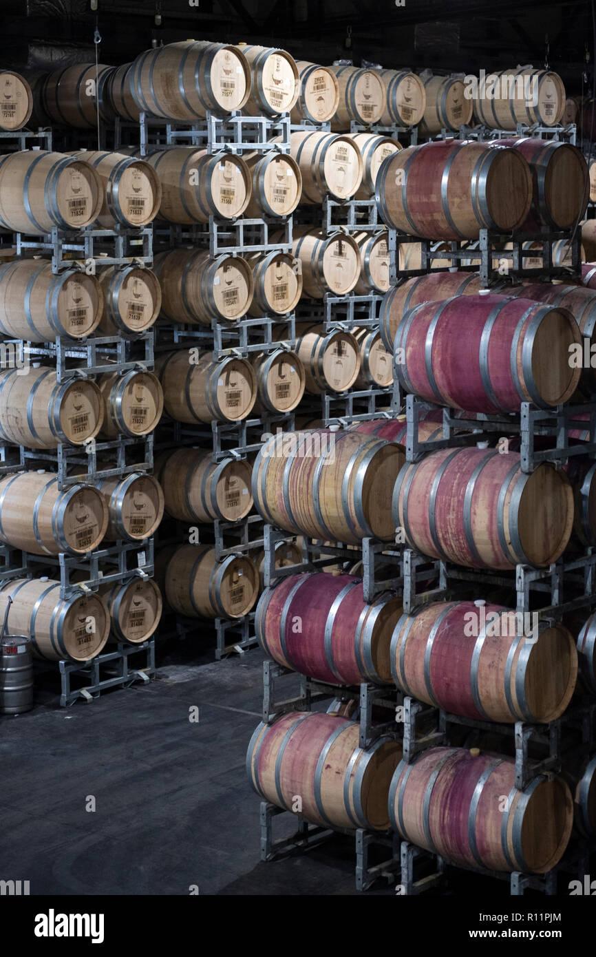 Barili di vino kasher in una stanza di deposito presso le alture del Golan Winery di Katzrin nel nord di Israele. Immagini Stock