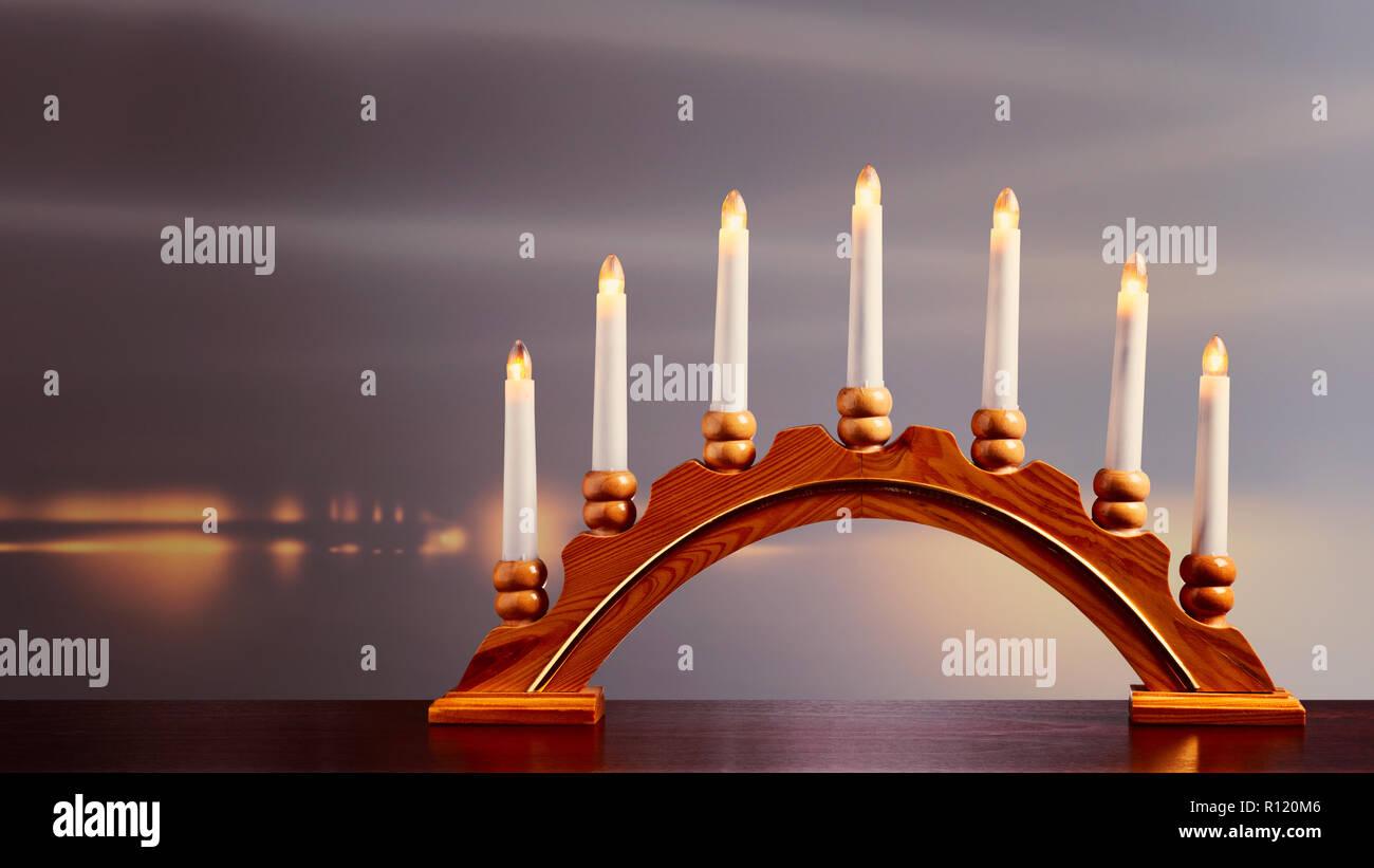 Decorare Candele Di Natale : Candele di natale con candelabro sul davanzale luci e decorazione