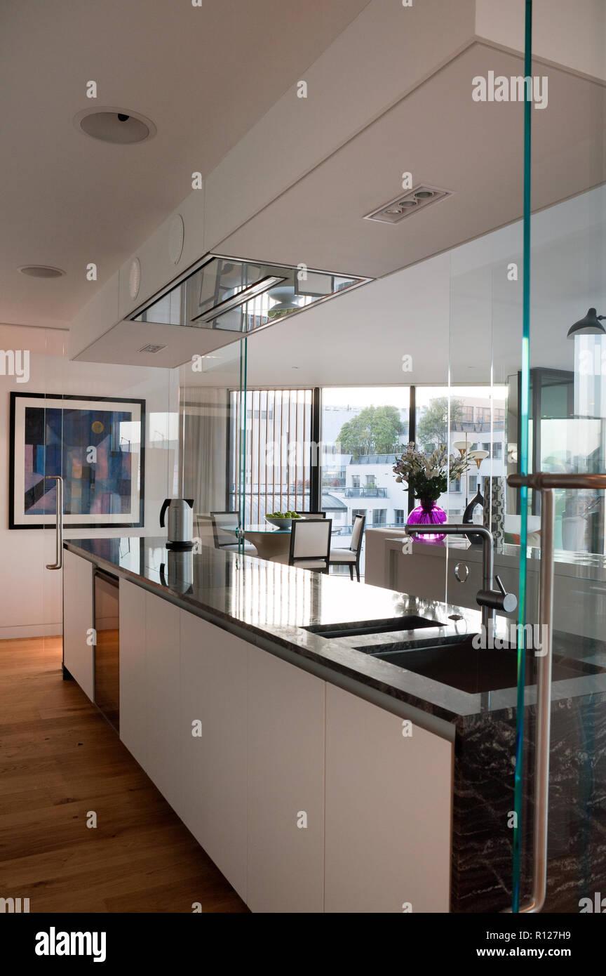 Cucina Con Vetrata Scorrevole cucina moderna con porta a vetro scorrevole foto stock - alamy