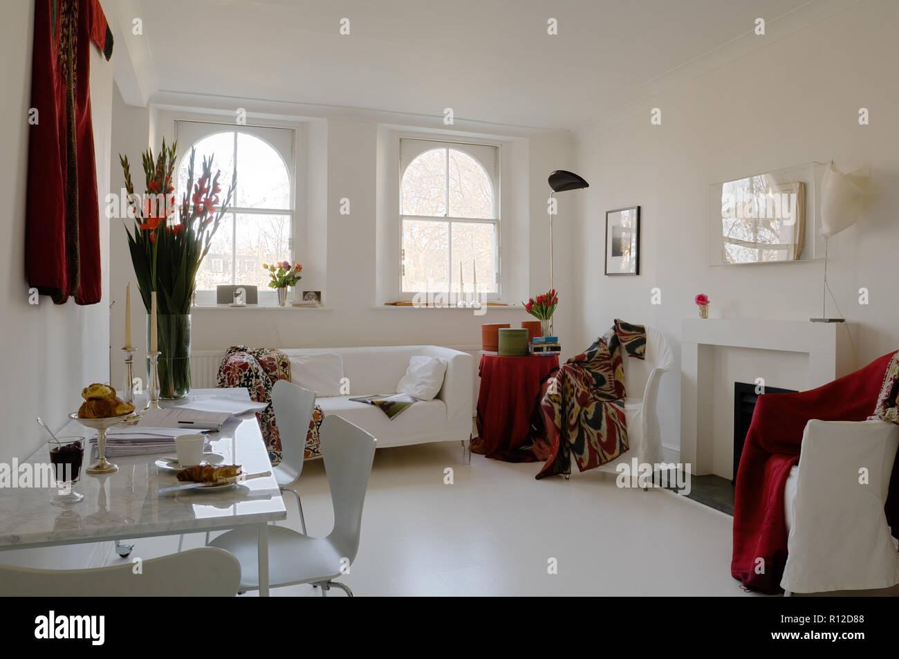 Il bianco e il rosso tonica oriental soggiorno Immagini Stock