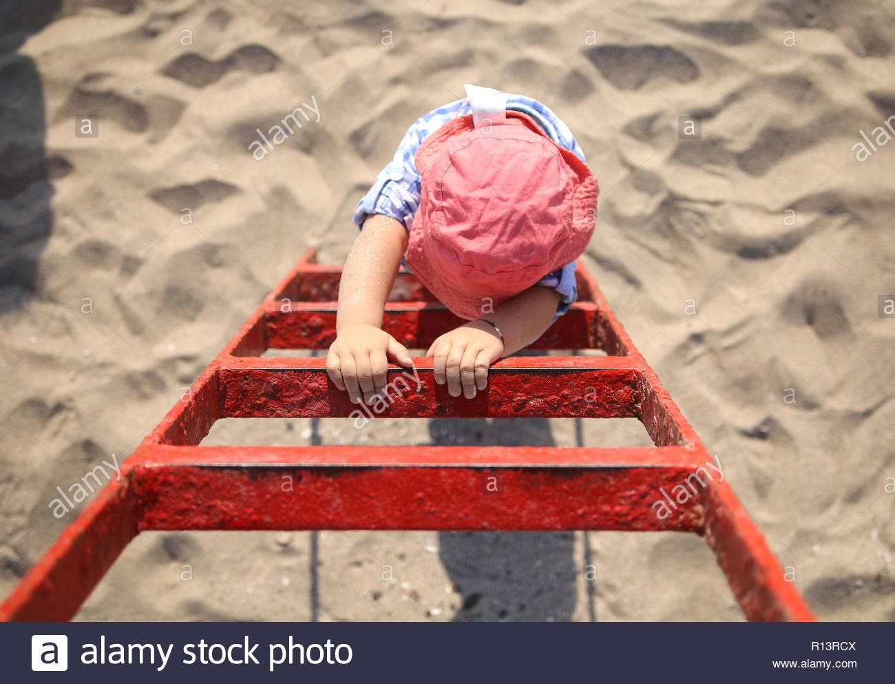 Elevato angolo di vista di un bambino che gioca nella sabbia in spiaggia Immagini Stock