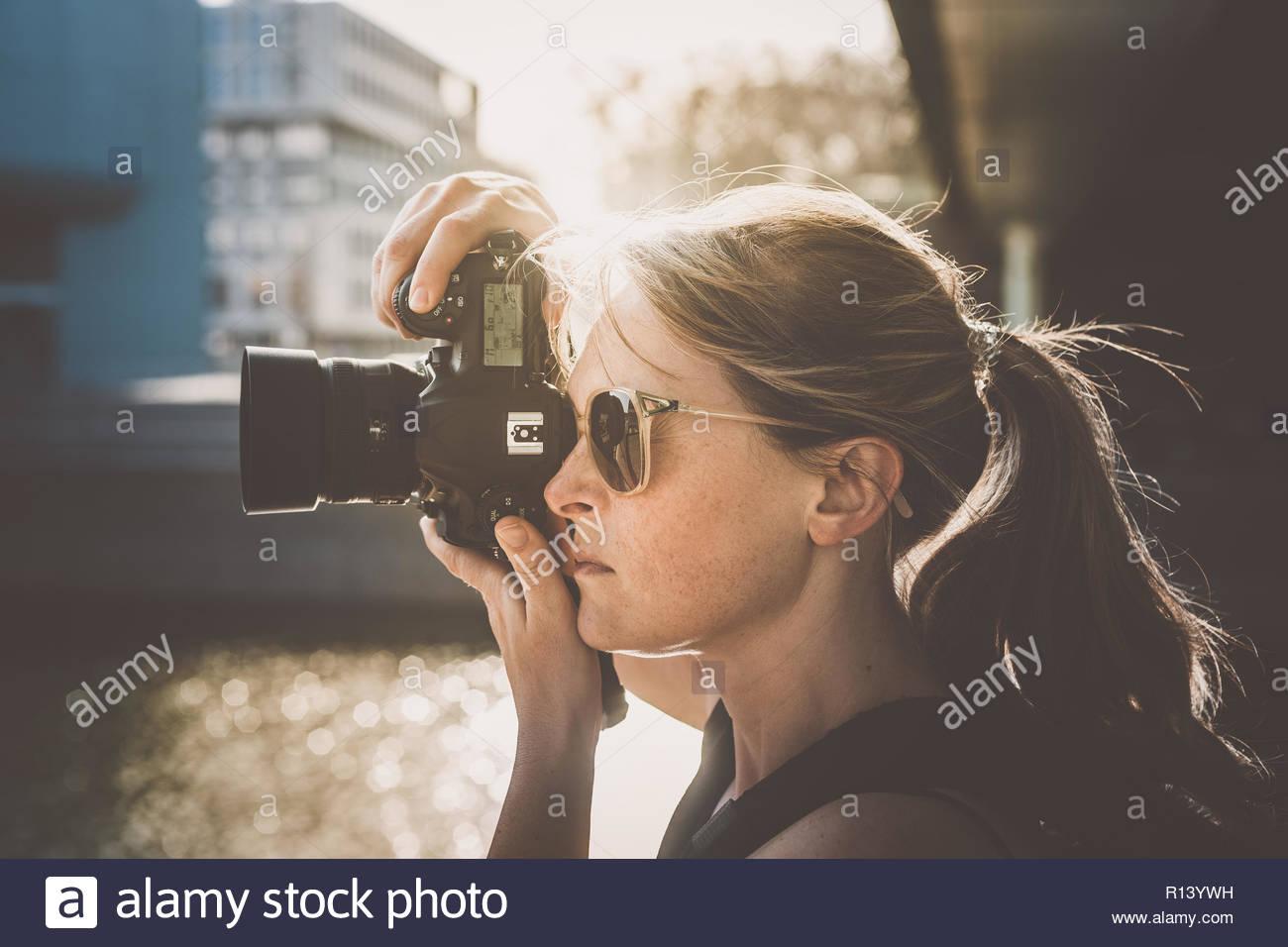 Ritratto di una donna fotografare con una fotocamera Immagini Stock