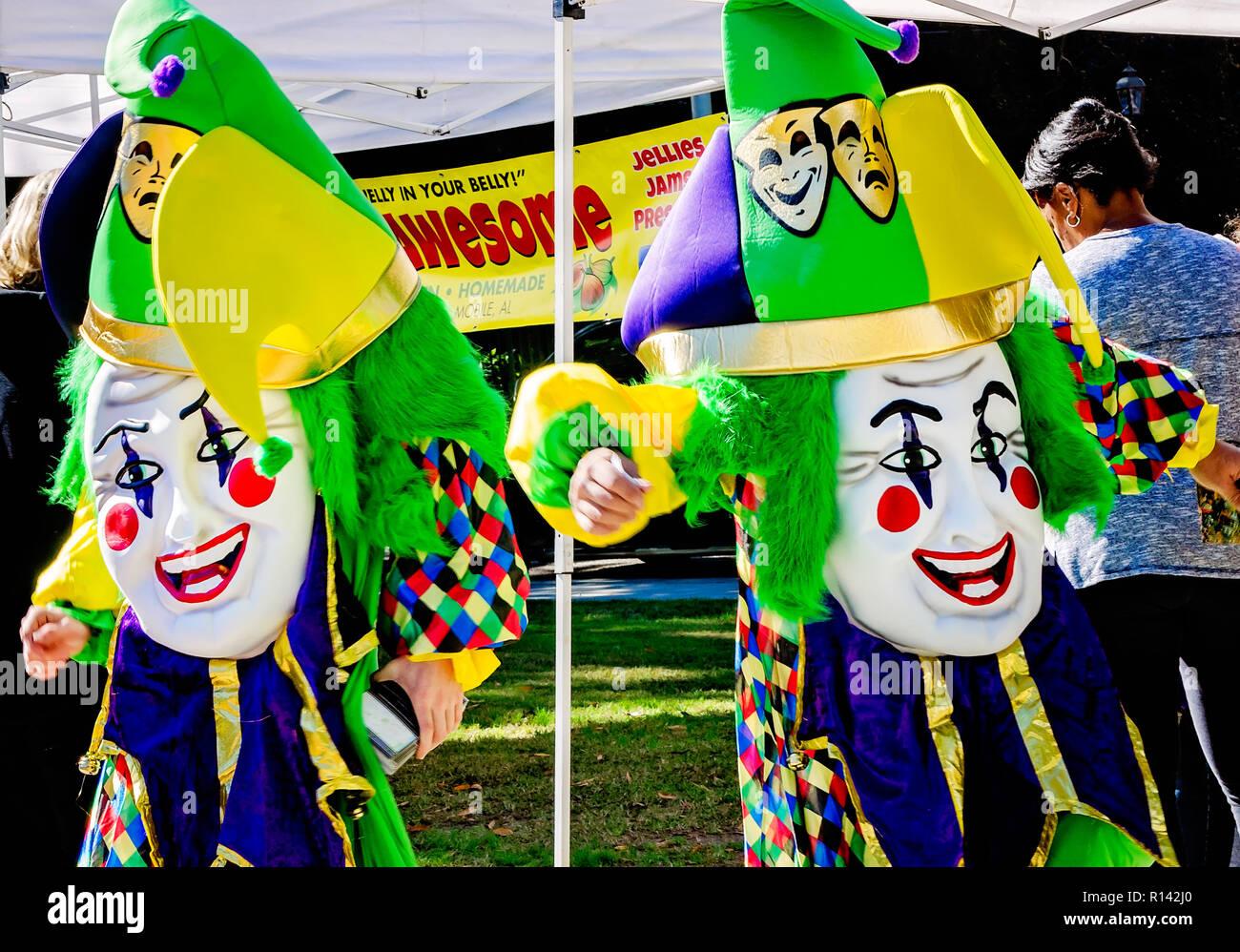Bienville Souvenir mascotte follia e Jester si mescolano con la folla al  mercato nel parco di d225267a864