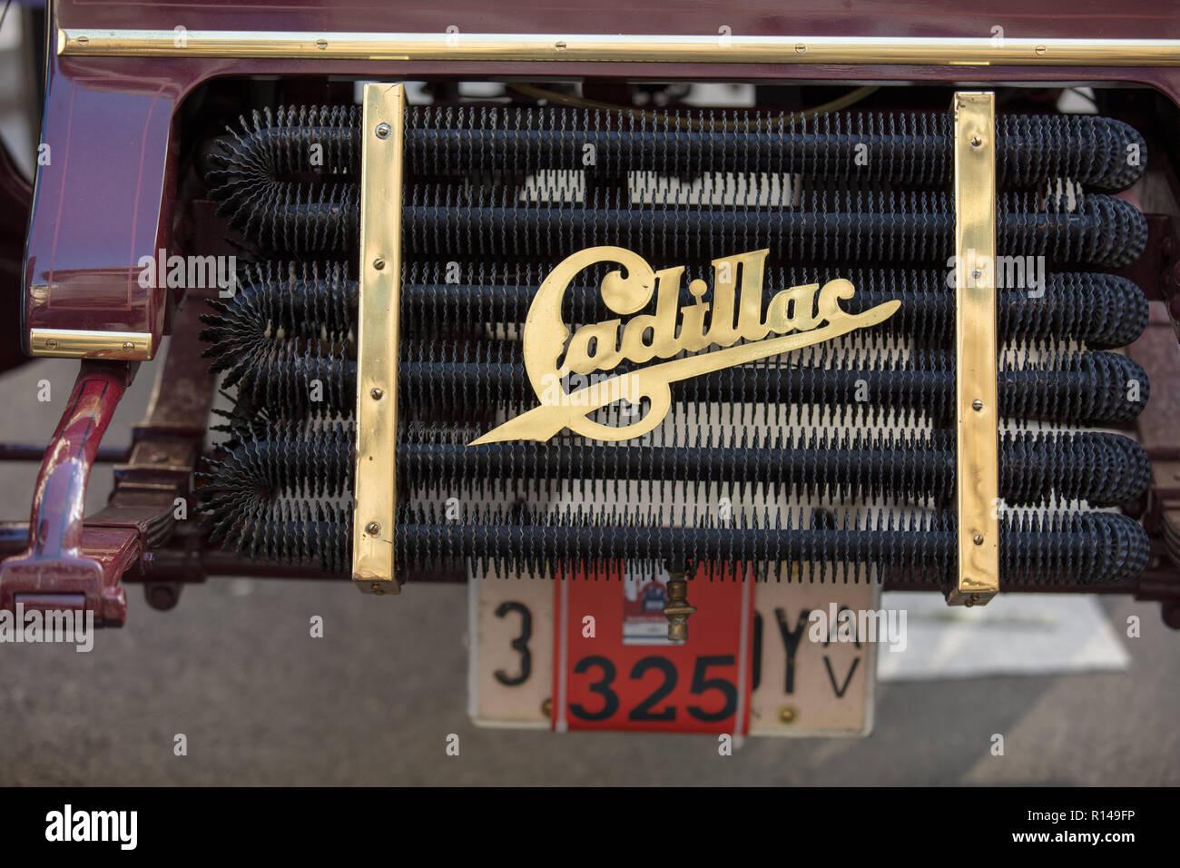 Vintage Cadillac radiatore sull'Illinois Route 66 Regent Street Motor Show, Londra, Regno Unito, novembre 2018. Foto Stock