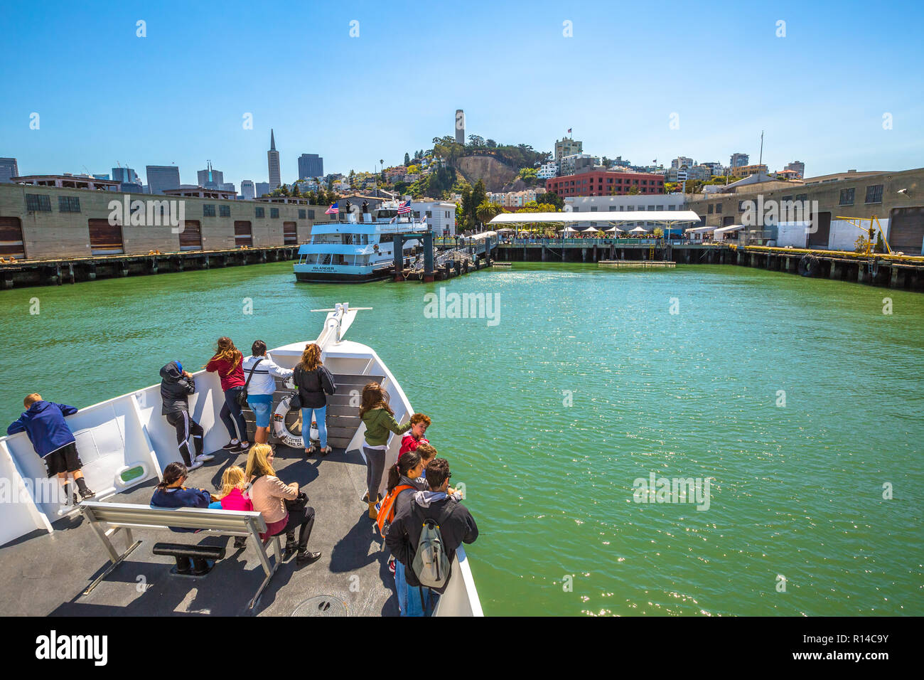 San Francisco, California, Stati Uniti - Agosto 14, 2016: Alcatraz Flayer tour in barca prua pier con la skyline di San Francisco. Isola di Alcatraz rimane quella di San Francisco è più popolare di crociere. Immagini Stock
