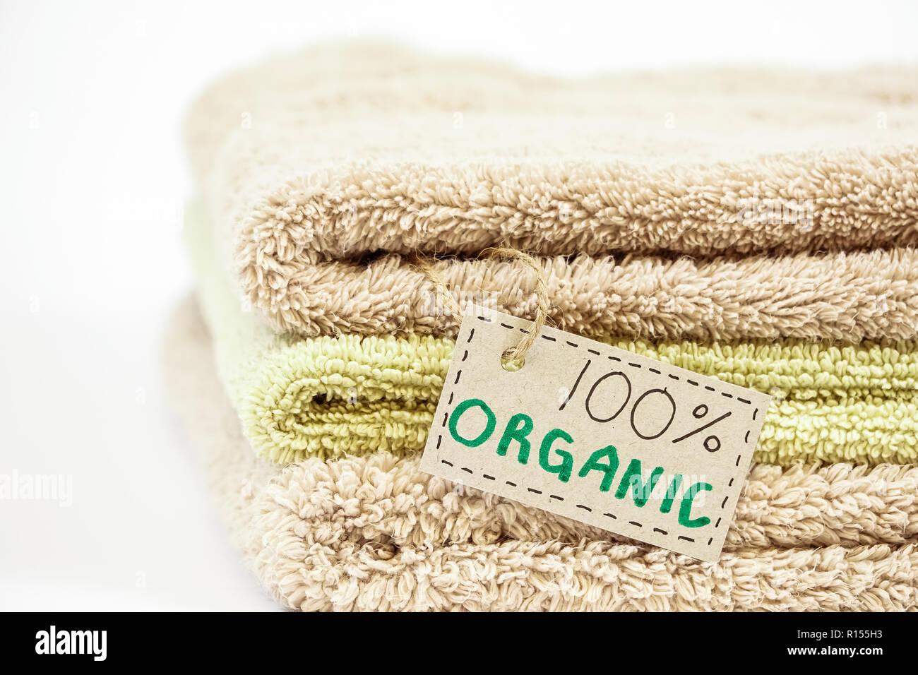 Pila di cotone organico asciugamani da bagno su sfondo bianco. eco
