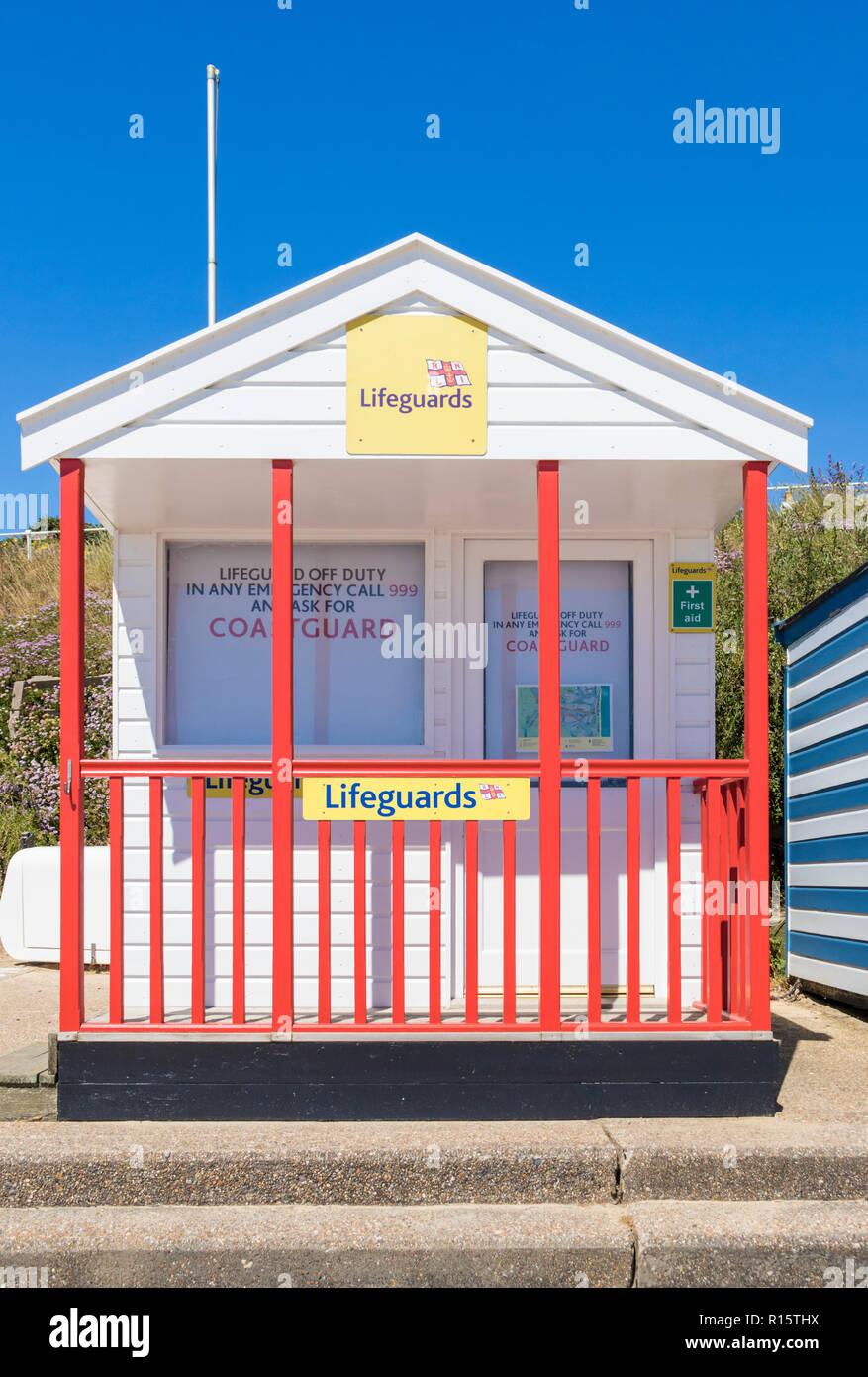 Southwold Beach capanne, uno beach hut utilizzato come bagnino station su Southwold beach promenade Southwold Suffolk England Regno Unito GB Europa Immagini Stock
