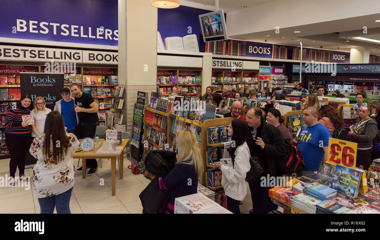 """Sensazione di YouTube LadBaby segni il suo primo libro """"genitorialità per £1 e altri Baby Bilancio Hacks' in WHSmiths, Westfield, Londra. Papà celebrità del anno 2018 vincitore, Mark Hoyle e sua moglie, Roxanne, firmare i loro libri per una coda di fan e seguaci del loro blog di parenting 'LadBaby' Credit: amanda rose/Alamy Live News Immagini Stock"""