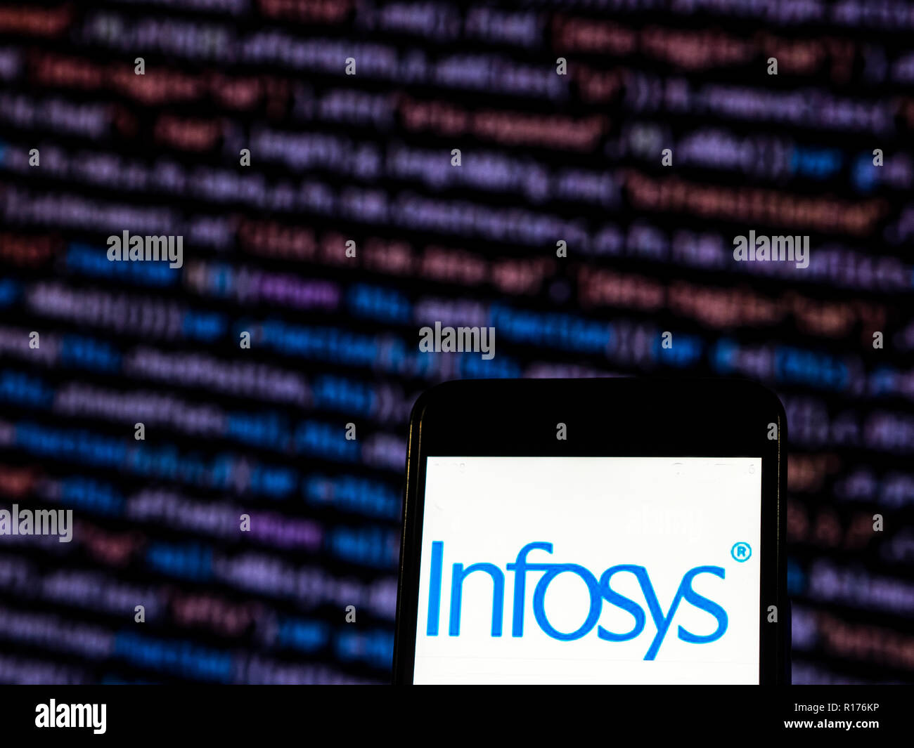 Infosys Information technology consulting company logo che si vede visualizzato sul telefono intelligente. Infosys Limited è un Indiano società multinazionale che fornisce la consulenza di business, tecnologia dell'informazione e i servizi di outsourcing Immagini Stock