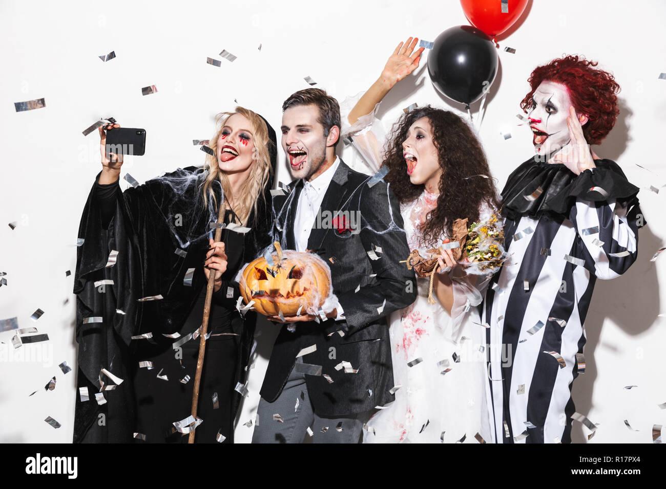 Costumi Halloween Di Gruppo.Gruppo Di Amici Vestito In Costumi Spaventosi Celebrare Halloween