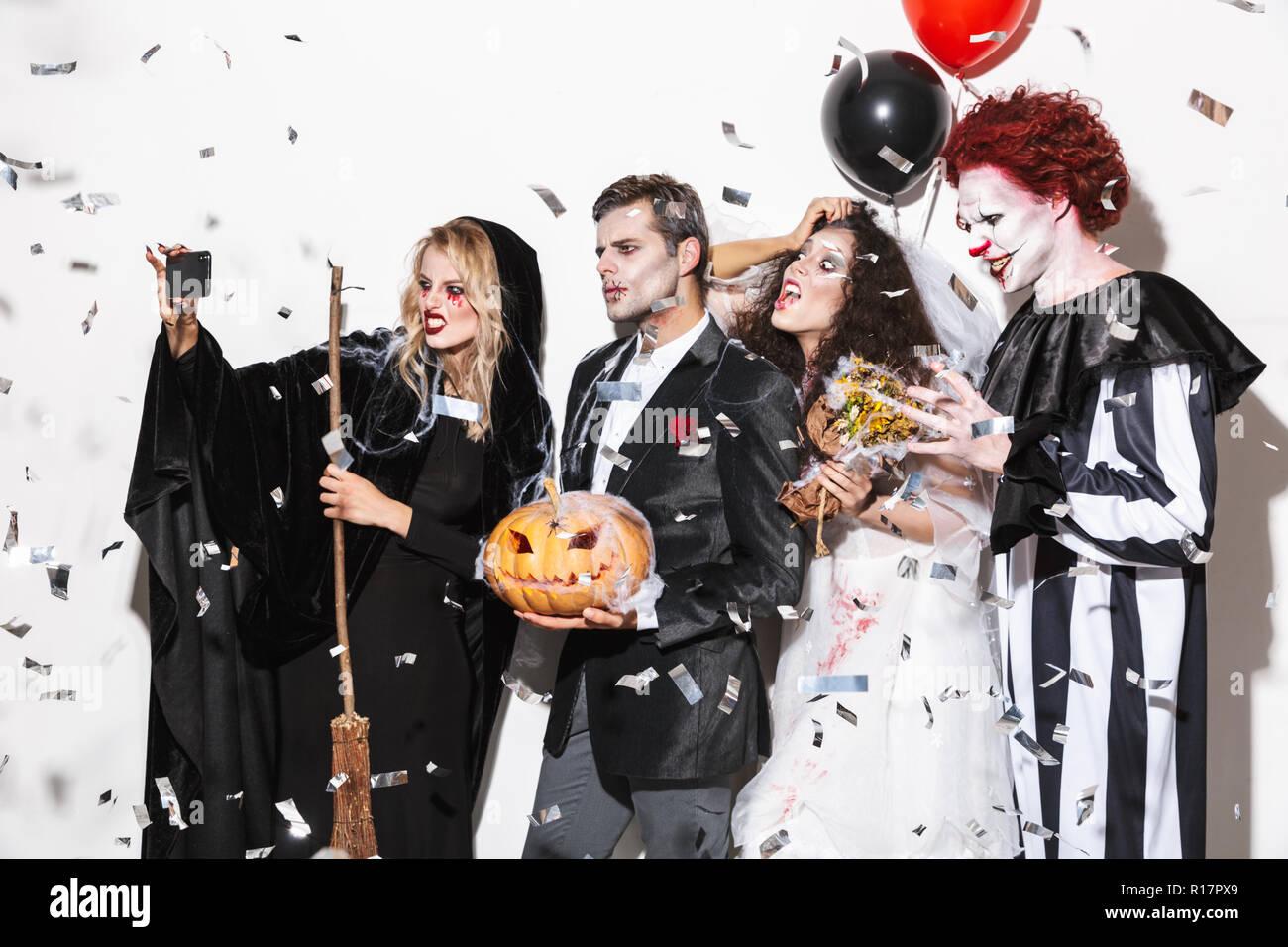 Costumi Halloween Di Gruppo.Gruppo Di Entusiasti Amici Vestito In Costumi Spaventosi Celebrare