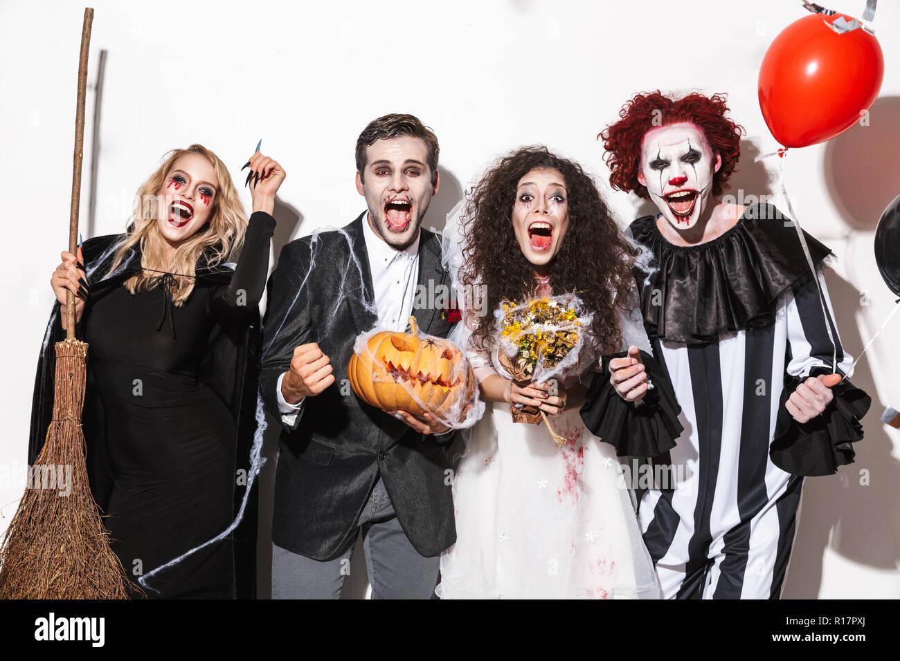 Costumi Halloween Di Gruppo.Gruppo Di Amici Felice Vestito In Costumi Spaventosi Celebrare