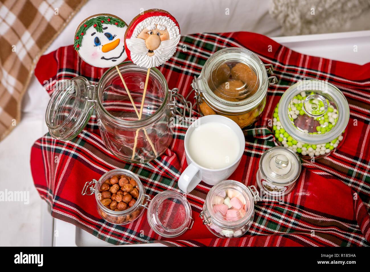 Tavoli Per Colazione A Letto : Gingerbread pupazzo di neve e santa su un bastone sul tavolo per