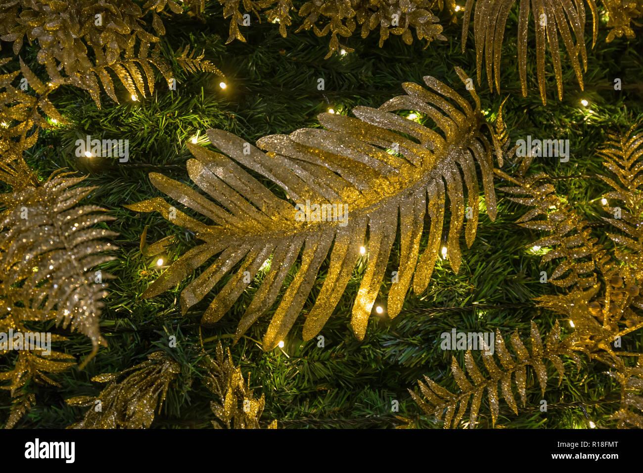 Decorazione per albero di natale abete verde in oro e verde