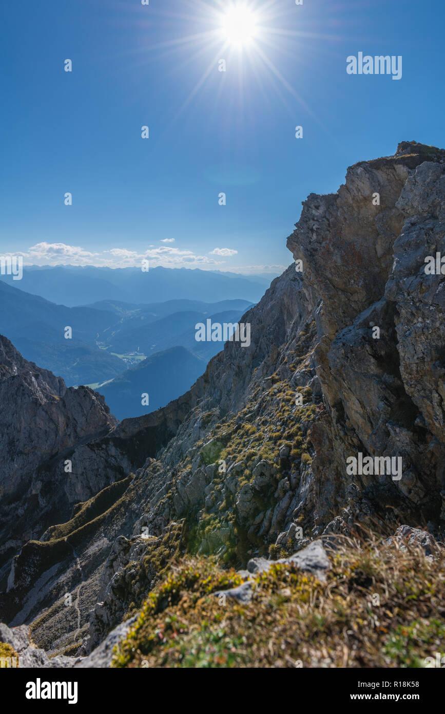 Passamani Panoramaweg Passamani o Sentiero escursionistico, Karwendelbahn, Mittenwald, Karwendelgebirge o montagne Karwendel, Alpi, Baviera, Germania Foto Stock
