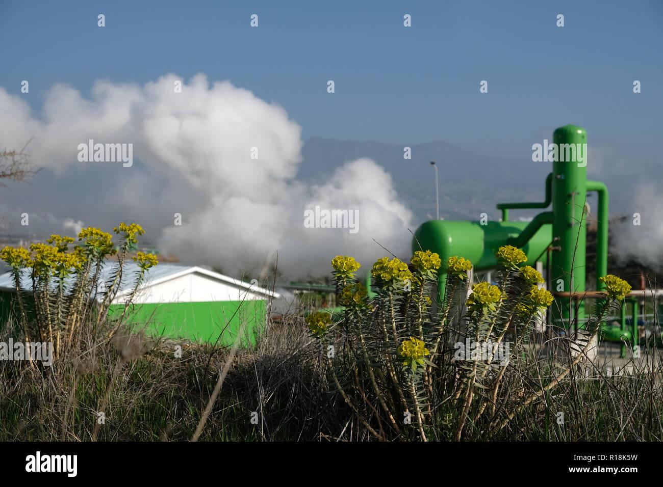 Energia geotermica è energia termica generata e memorizzata nella terra. Energia termica è l'energia che determina la temperatura della materia. Immagini Stock