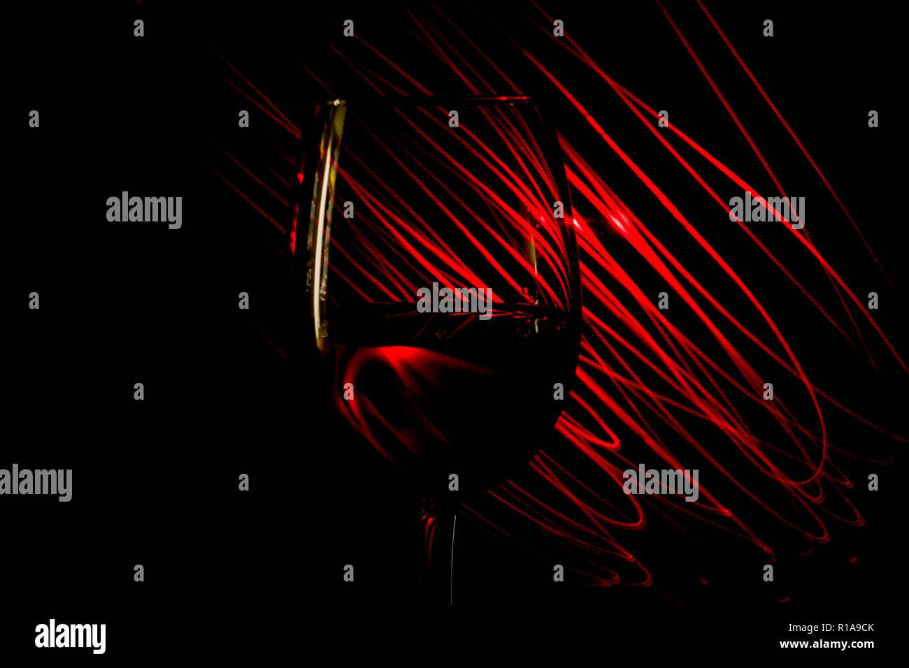 Bicchiere Di Vino Rosso Su Sfondo Rosso Astratta Strisce Di Luce Su