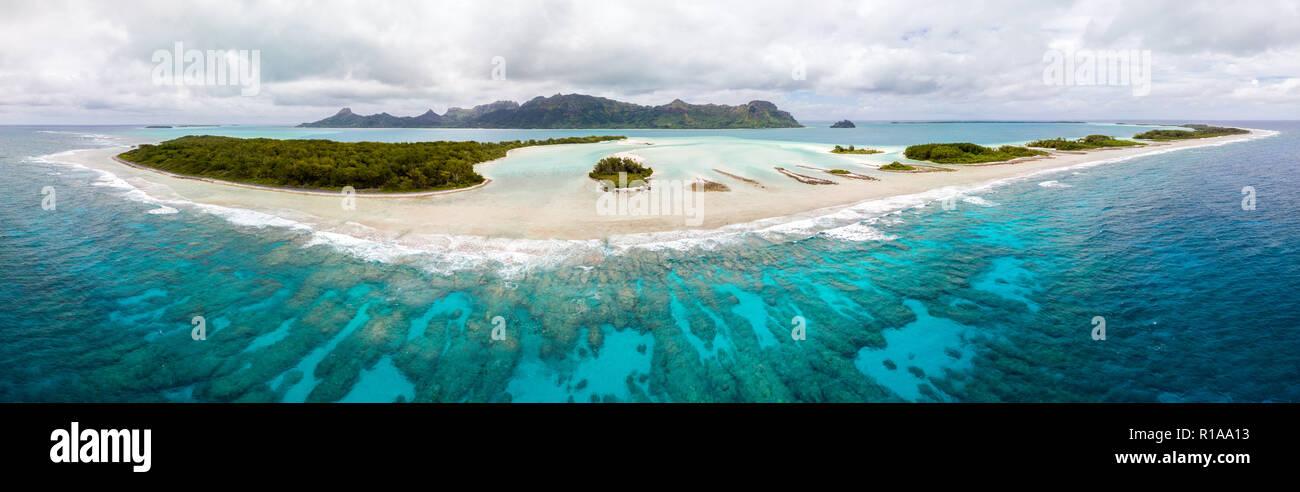 Vista aerea di Raivavae isola con spiagge, Coral reef e motu in azzurro turchese laguna blu. Isole Tubuai (Austral ), Polinesia francese, Oceania Immagini Stock