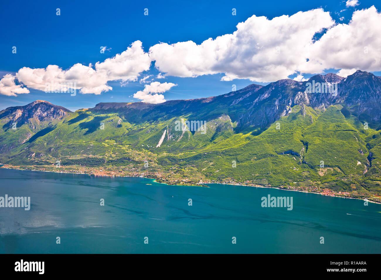 begehrteste Mode konkurrenzfähiger Preis Verkaufsförderung Il Lago di Garda e alte scogliere di montagna sopra vista ...