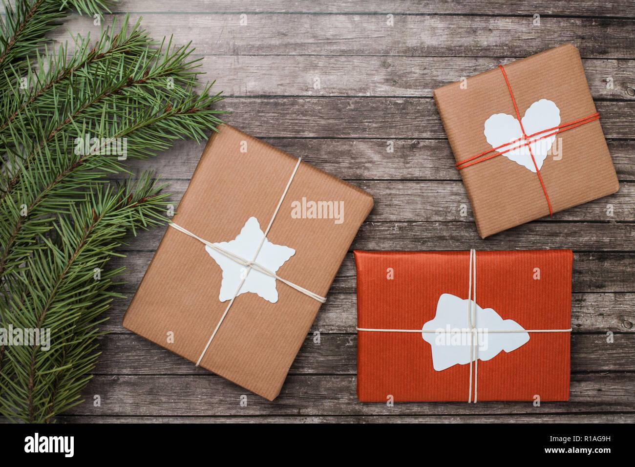 Regali Di Natale In Legno.Regali Di Natale Con Abete Bianco Su Sfondo Di Legno Foto Immagine
