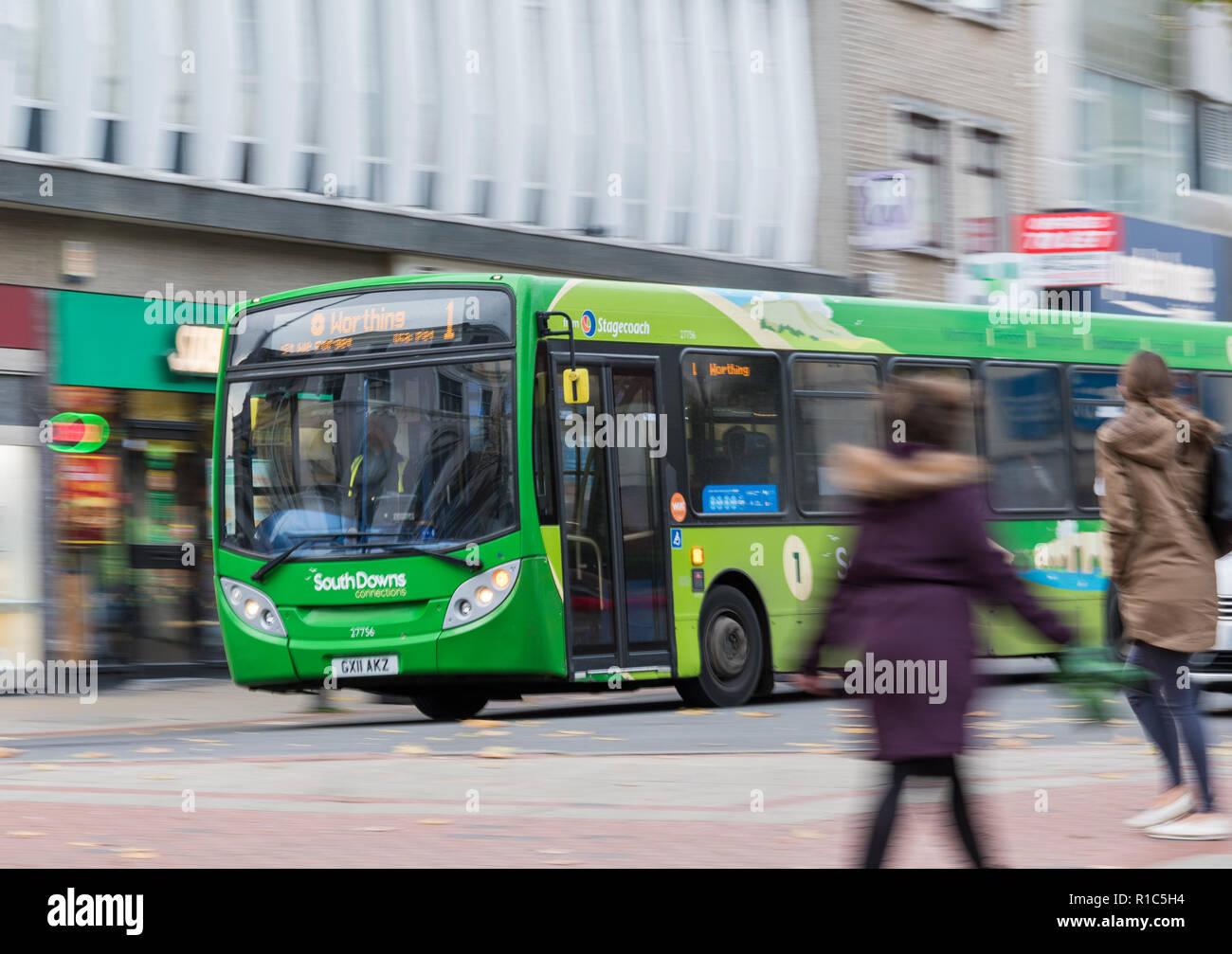 Stagecoach South Downs verde Collegamenti autobus numero 1 con motion blur in un affollato high street a Worthing West Sussex, in Inghilterra, Regno Unito. Concetto di viaggio. Immagini Stock