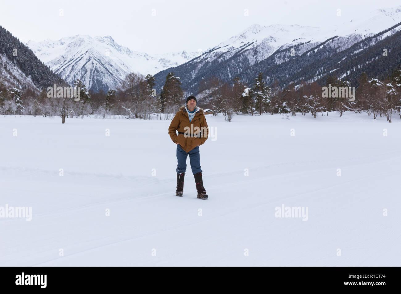 Uomo Gioisce Positivo Nella Neve Sullo Sfondo Di Paesaggi Di Montagna Stile Di Vita Avventura Il Concetto Di Viaggio Salute E Benessere Foto Stock Alamy