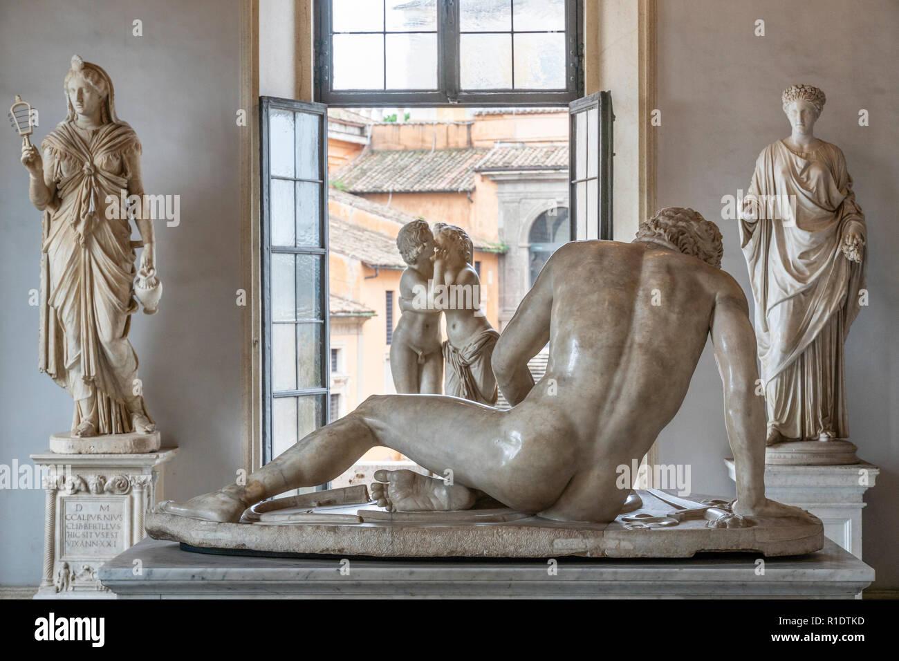 La Sala del Gladiatore con la scultura del Galata morente, una sala nel Palazzo Nuovo, parte dei musei Capitolini di Roma, Italia. Immagini Stock