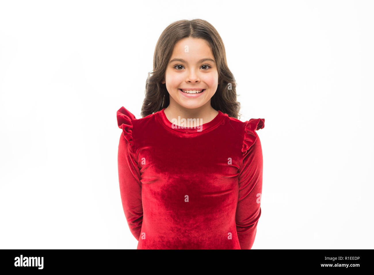 Mi sento così alla moda di vestiti eleganti. Il concetto di moda. Kid  adorabili sorridente in posa di velluto rosso vestito. Moda per bambini.  Ragazza ... f7ccca32604