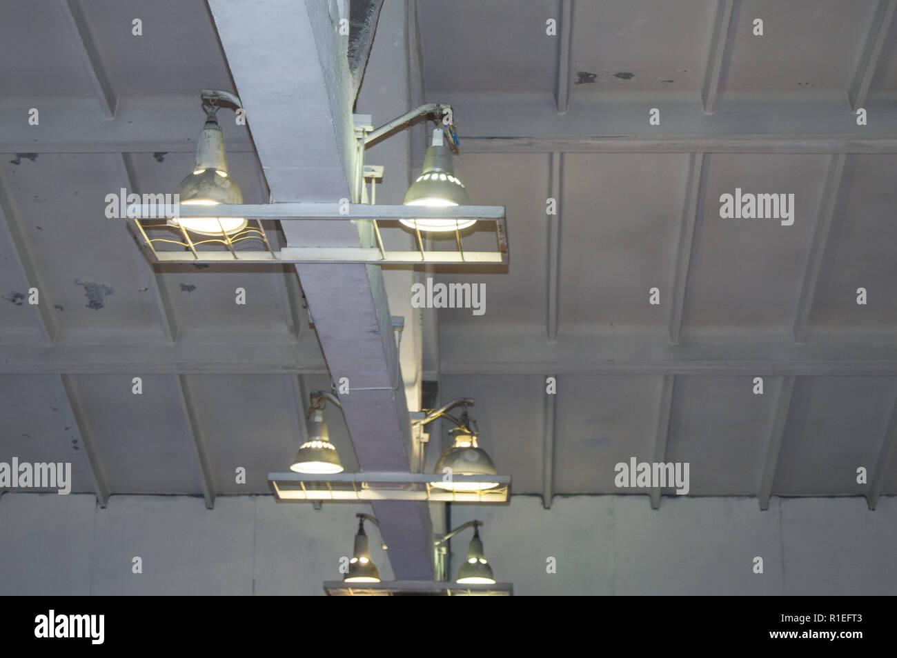 Illuminazione con lampade situato sul soffitto in una camera