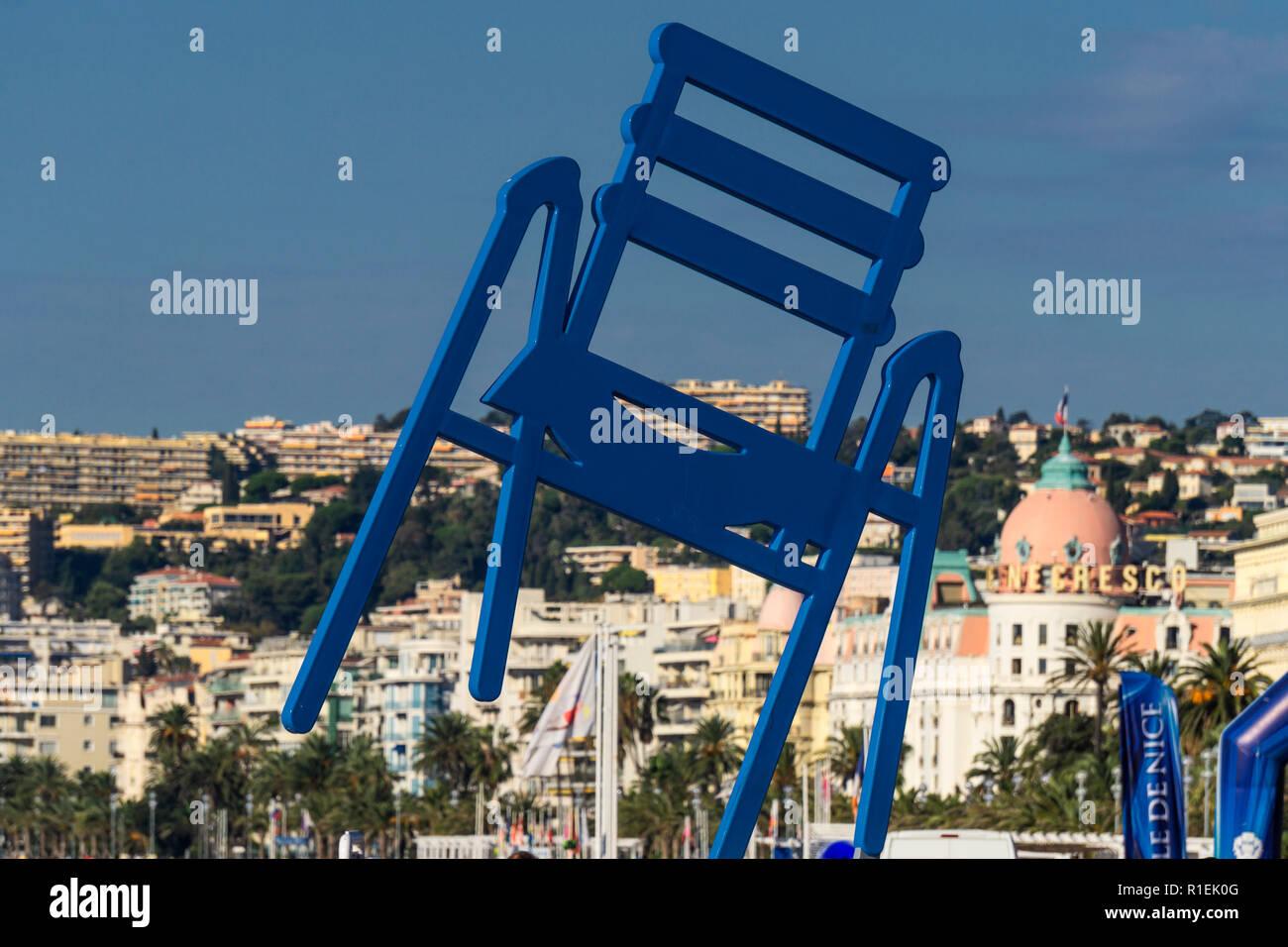 Sedie Blu Nizza : Enorme sedia blu scultura dell artista sab alias sabine géraudie